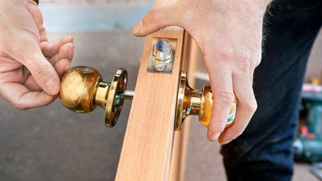 como arreglar cerradura de puerta placa