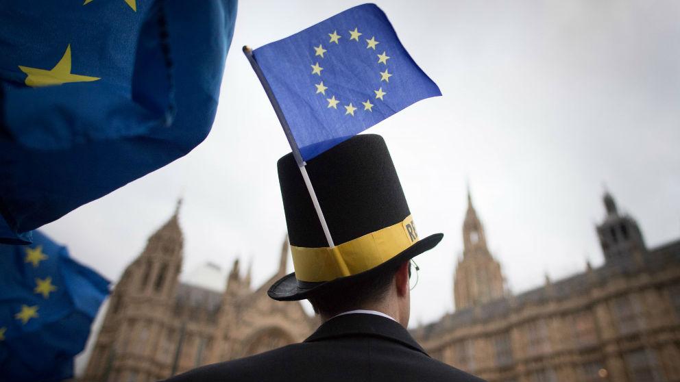 Un británico con banderas a favor de la UE. Foto: Europa Press