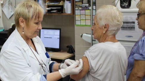 Una enfermera vacunando a una señora. Foto: Europa Press