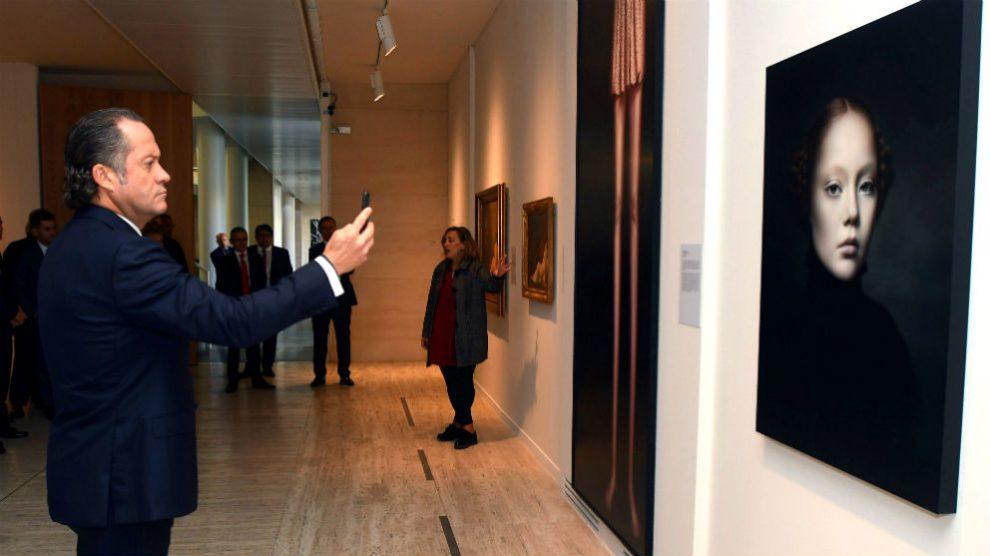 El presidente de Abanca, Juan Carlos Escotet, durante una visita al Museo de León en octubre de 2018 (Foto: EFE).