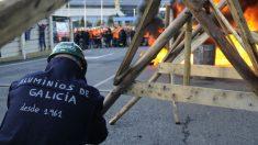 Trabajadores de Alcoa queman neumáticos horas antes de anunciar la huelga en la fábrica de aluminio de La Coruña (Foto: Europa Press)