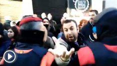 Los separatistas sabotean una carpa de Vox en Sitges.
