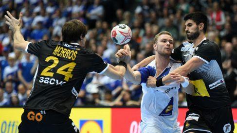 Gurbindo y Morros tratan de robar un balón a Palmarsson en el partido de los Hispanos contra Islandia. (AFP)