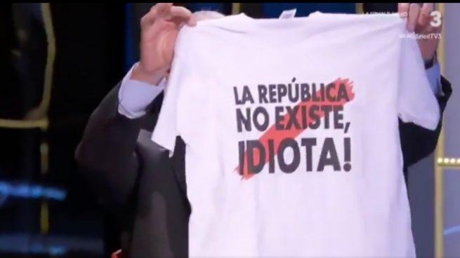 """Bou regala a una presentadora de TV3 una camiseta con la frase """"¡La república no existe, idiota!"""""""