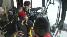 Conductora de autobús detiene el vehículo para recoger a una bebé que caminaba por la carretera