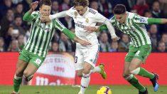 Modric, presionado por los jugadores del Betis. (AFP)