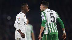 Bartra y Vinicius, durante el Betis – Real Madrid. (Getty)