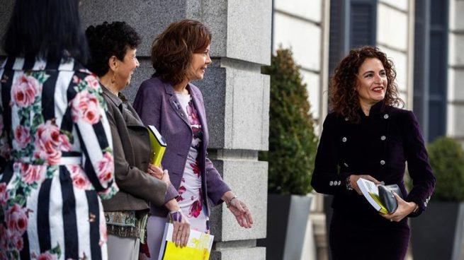 La ministra de Hacienda, María Jesús Montero, a su llegada al Congreso para entregar los Presupuestos, donde es esperada por las secretarias de Estado. EFE