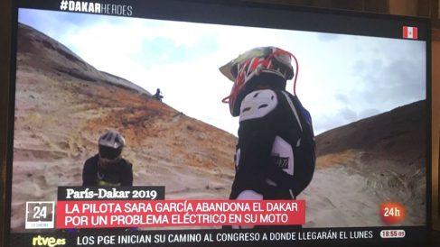 """Rótulo del canal 24 horas que llama """"pilota"""" a Sara García, la primera española que disputa el rally Dakar."""