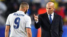 Zinedine Zidane da indicaciones a Benzema durante su etapa en el Real Madrid. (Getty)