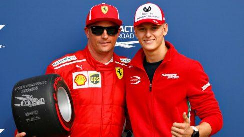 Mick Schumacher, junto a Raikkonen en un evento. (Getty)