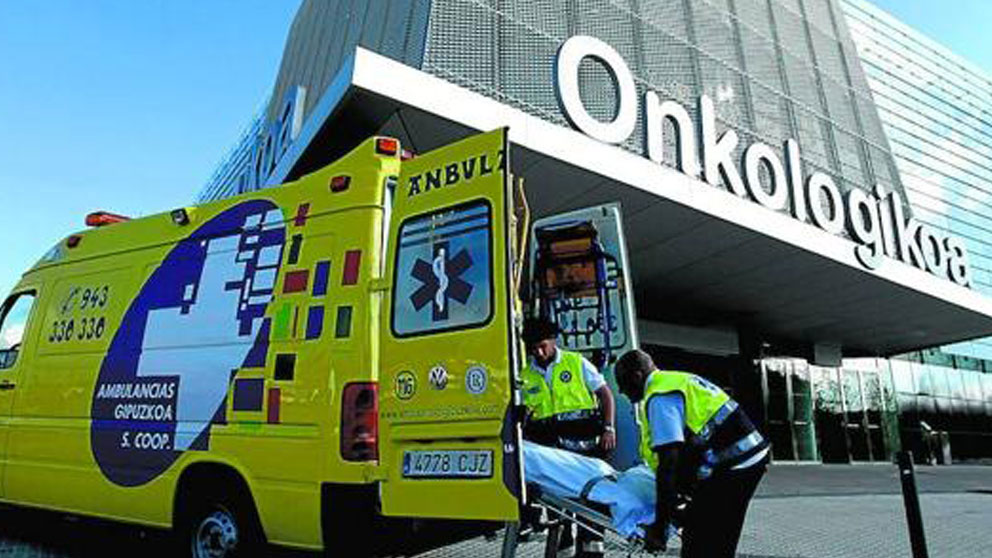 Un equipo de ambulancia movil llega al edificio de Oncología de Osakidetza.