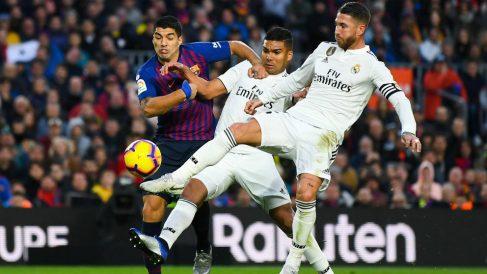 Sergio Ramos y Casemiro disputan un balón con Luis Suárez en el Clásico. (Getty)