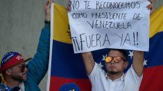 Dos venezolanos protestan contra la toma de posesión del dictador Nicolás Maduro como Presidente de Venezuela. Foto: AFP