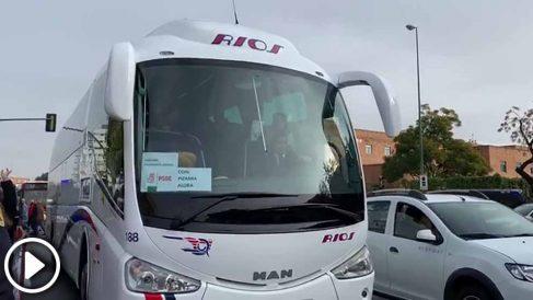 Un autobús fletado por el PSOE llega a Sevilla, este martes.