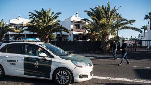 Efectivos de la Guardia Civil se personan en el domicilio de Romina Celeste, desaparecida desde la noche del pasado 31 de diciembre y donde anoche fue detenido su marido. Foto: EFE