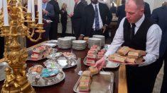 un camarero de La Casa Blanca coloca los alimentos de McDonalds en las bandejas de plata del salón de recepciones. Foto: AFP