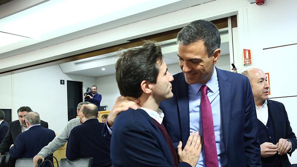 Pedro Casares, el socialista implicado en el fraude de las firmas falsificadas de la Universidad de Cantabria, junto a Pedro Sánchez