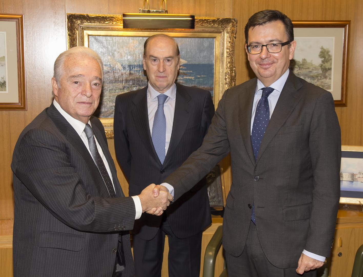 Carlos Martínez Echavarría (izda) junto a Florencio Lasaga y el exministro de Economía Román Escolano, cuando dirigía el BEI