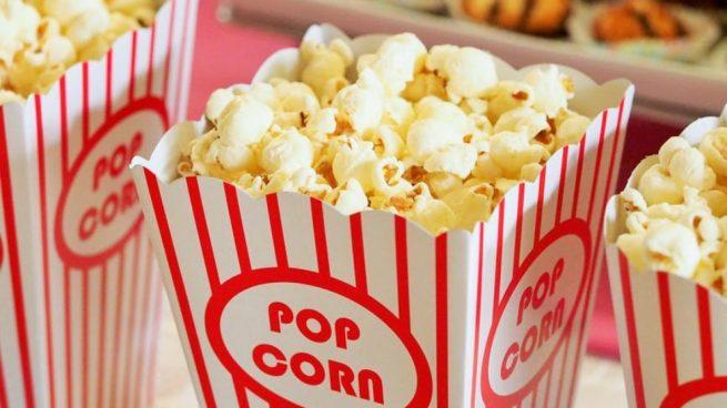 comer palomitas de maíz en el cine