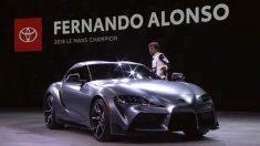 Fernando Alonso presenta el Toyota Supra en Detroit.
