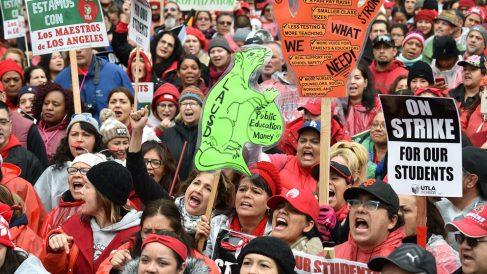 Miles de profesores en huelga en Norteamérica. Foto: AFP
