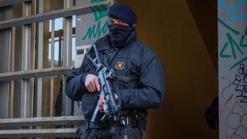 Un agente de los Mossos D'esquadra vigila durante la operación contra el yihadismo. Foto: Europa Press
