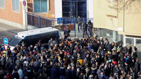 Un centenar de personas entre ellas ediles y alcaldes de otras localidades se han congregado frente a la comisaría de Gerona. Foto: EFE