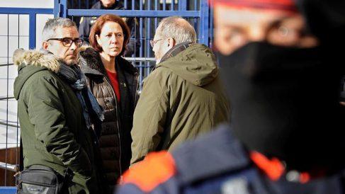 La alcaldesa de Girona, Marta Madrenas (c), y los diputados de ERC en el Congreso, Joan Oloriz (d) y Joan Margall (i), frente a la comisaría de la Policía Nacional de Girona. Foto: EFE