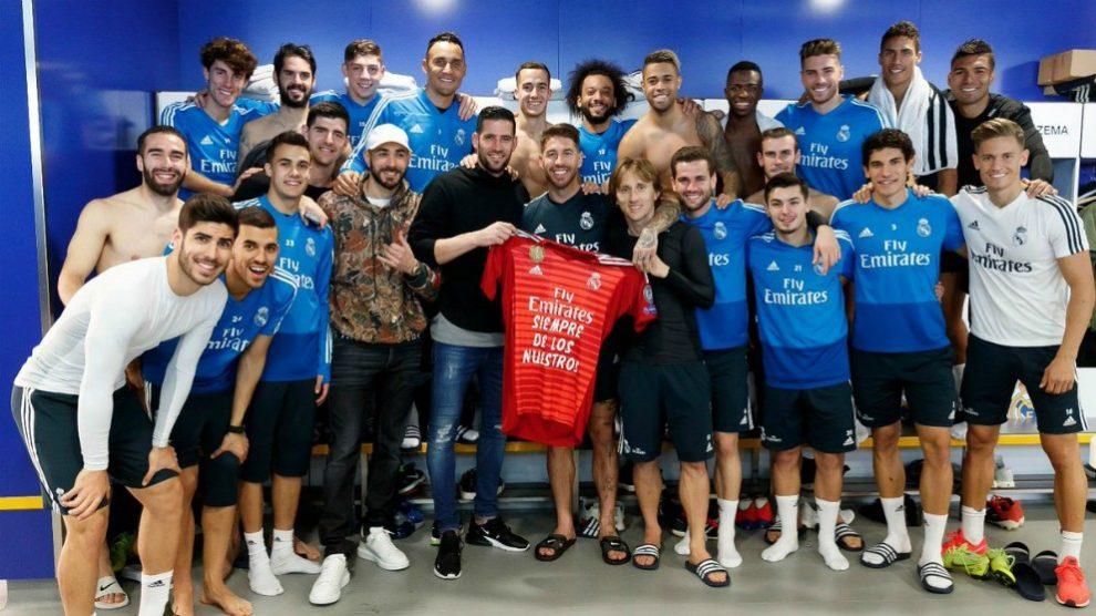 Los jugadores del Real Madrid posan con Kiko Casilla. (@SergioRamos)