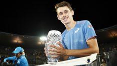 De Miñaur posa con el título de campeón en Sydney. (Getty)