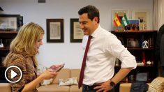 Juanma Moreno junto a su mujer ya en el despacho del presidente de la Junta de Andalucía