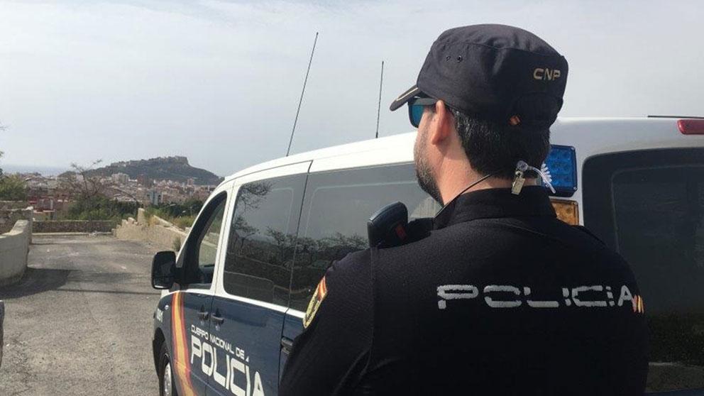 Un agente de la Policía Nacional patrulla una zona rural. Foto: Europa Press