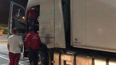 Agentes de la Policía Foral registran el vehículo del conductor detenido por sextuplicar la tasa de alcohol permitida. Foto: Europa Press