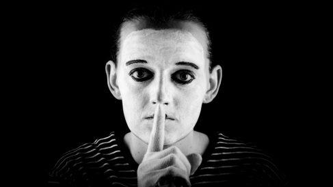 Significado y origen del dicho 'quien calla otorga'