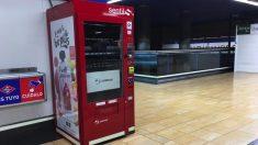 Una de las máquinas expendedoras vacías en el Metro de Madrid. (Foto. OKDIARIO)