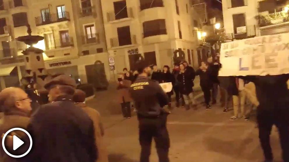 Insultos y amenazas a simpatizantes de VOX en Segorbe (Castellón): «»¡Paseíllo al paredón y pum, pum, pum!»