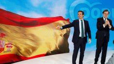 El ex presidente del Gobierno Mariano Rajoy (d), y el presidente del PP Pablo Casado (i), esta tarde durante la inauguración de la convención del Partido Popular. (EFE)