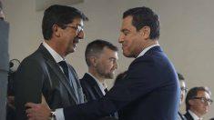 Saludo entre el presidente de la Junta de Andalucía, Juanma Moreno (PP), y el vicepresidente, Juan Marín (C's).