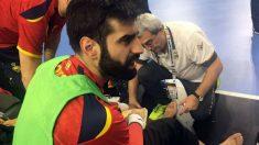 Rodrigo Corrales es atendido por el médico de los Hispanos. (@rfebalonmano)
