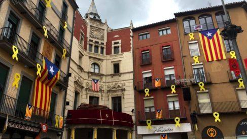 La plaza mayor de Berga, convertida en una pesadilla totalitaria de lazos amarillos y esteladas.