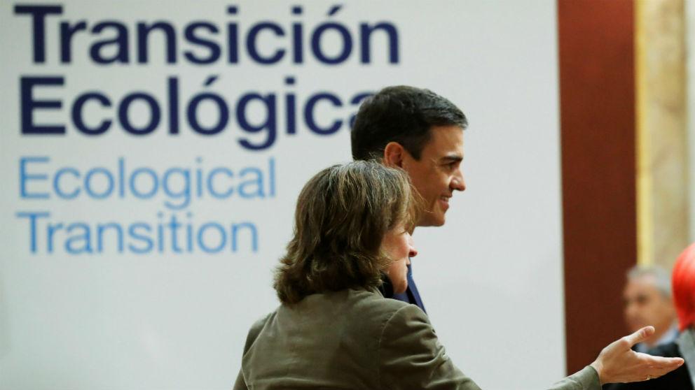 El presidente del Gobierno, Pedro Sánchez, y la ministra para la Transición Ecológica, Teresa Ribera. (Foto: EFE)