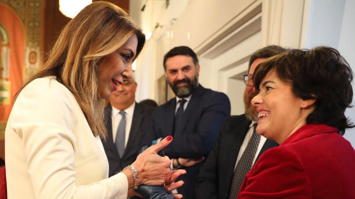 Soraya Sáenz de Santamaría saluda este viernes a Susana Díaz (EP).