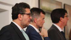 El líder de VOX en Andalucía, Francisco Serrano, junto a los de IU y C's (EP).