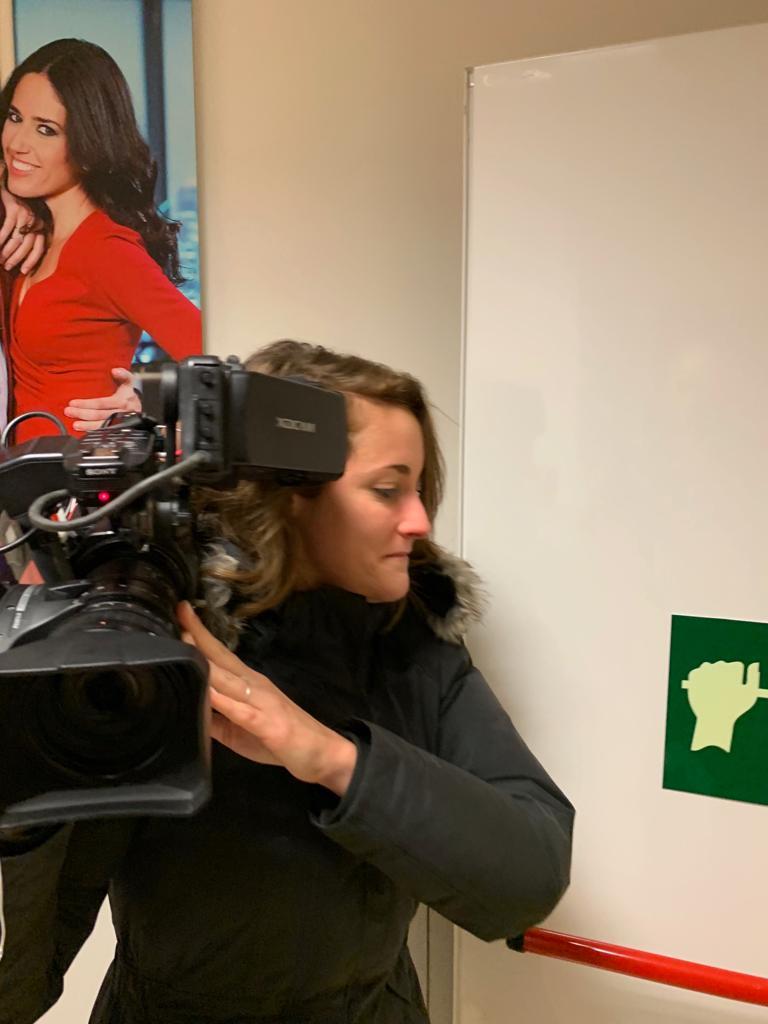 Una cámara de Cuatro golpea a Inda en pleno ataque del programa de Risto al director de OKDIARIO