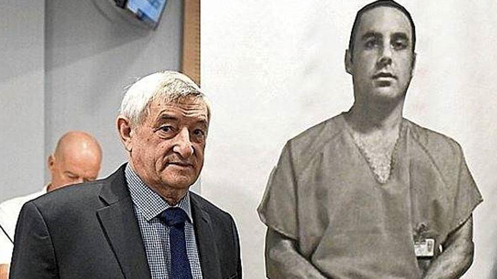 Cándido Ibar, padre de Pablo Ibar, junto a una foto de su hijo en el corredor de la muerte de EEUU. Foto: Twitter