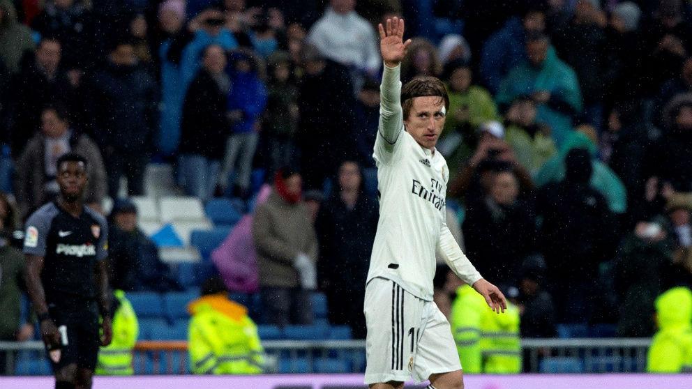 Modric saluda al Bernabéu tras marcar un gol. (EFE)