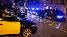 Dispositivo policial de los Mossos por el paro indefinido de los taxistas, esta noche en Barcelona. (EFE)