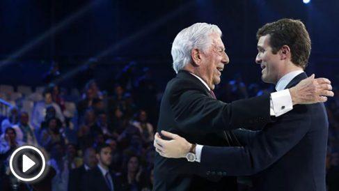 El presidente del PP, Pablo Casado (d), felicita al premio Nobel de Literatura, el peruano Mario Vargas Llosa (i), al término de su intervención durante la segunda jornada de la Convención Nacional del Partido Popular que se celebra hasta mañana domingo en el Recinto Ferial IFEMA de Madrid. Foto: EFE