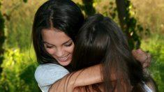 Los abrazos aportan diversos beneficios, como calor humano, refugio, seguridad, amor y pertenencia.